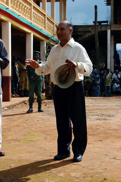 Pandit Rajmani Tigunait addresses the crowd at a public event during the 2008 HAMF Conference.